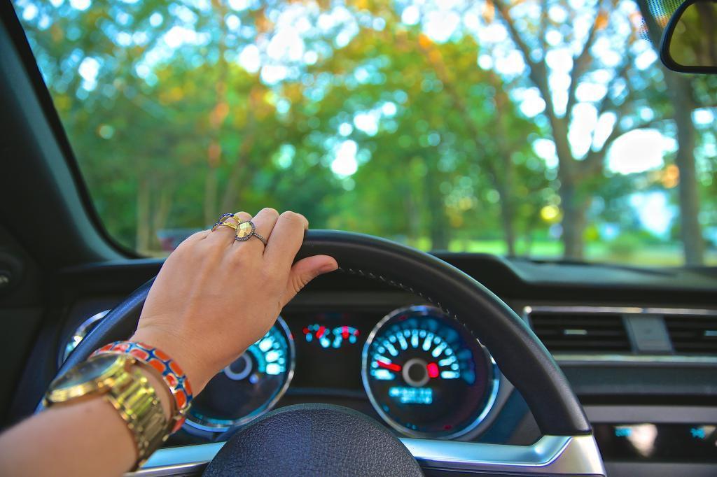 給油口の位置を車内にいながら知る方法